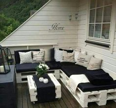 Pallet Furniture Projects Pallets: So fun! Great idea for cute furniture. Simple yet elegant. - 25 garden pallet projects to help spruce up your outdoor space. Pallet Furniture Sofa, Diy Pallet Couch, Cute Furniture, Outdoor Furniture Plans, Furniture Projects, Furniture Design, Pallet Benches, Pallet Tables, Pallet Bar