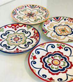 25cm el boyama tabak. #elboyama #çini #talavera #talaverapottery #modernçini #ceramic #ceramicas #seramik Painted Ceramic Plates, Hand Painted Ceramics, Ceramic Painting, Ceramic Art, Decorative Plates, Talavera Pottery, Ceramic Pottery, Pottery Art, Pottery Painting Designs