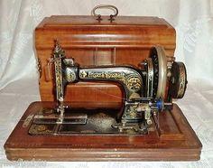 1906 FRISTER & ROSSMAN HAND CRANK BERLIN GERMANY SEWING MACHINE & CASE W/ KEY
