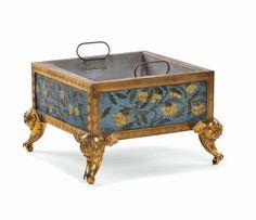 Cambi Case d'Aste - Centrotavola in bronzo dorato e smalti cloisonnè con decoro floreale su fondo azzurro, Cina, Dinastia  [..]