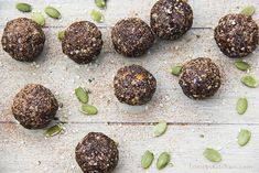 Super Seed Energy Balls with hemp pumpkin flax and sunflower seeds Move over nuts! Seeds are the holy grail of plant-foods.Theyre tiny shy and little easily over looked and ignored or at best used as a salad garnish. Most people prefer n Hemp Seeds, Sunflower Seeds, Vegan Books, Healthy Snacks For Kids, Healthy Eating, Healthy Treats, Low Carb Sweets, Raw Vegan, Vegan Vegetarian