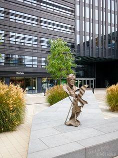 """Pomnik Stefana Kuryłowicza na """"Skwerze Kuryłowicza"""" przy biurowcu Wola Center, Przyokopowa 33, Warszawa"""