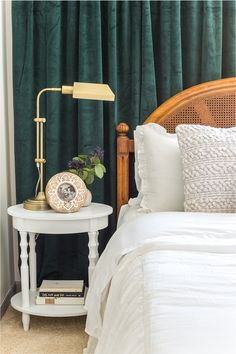 Vintage chic statement art in a guest bedroom - Bless'er House I can't believe how this art from Walmart's Vintage Chic collection has made this small guest room feel so much bigger. #guestbedroom #vintage