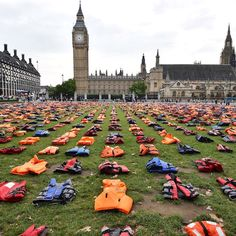 Giubbotti di salvataggio usati dai rifugiati per arrivare in Europa via mare disposti come tombe di un cimitero a Parliament Square, in occasione dell'incontro su migranti e rifugiati delle Nazioni Unite a New York
