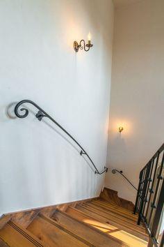 スペイン漆喰と手摺のコントラストが素敵 #階段 #igstylehouse #アイジースタイルハウス Wall Lights, Windows, Doors, Lighting, Home Decor, Iron Stair Railing, Banisters, Appliques, Decoration Home