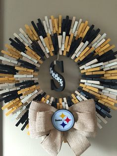 Large Steeler wreath would be awesome to make for mom and Harvey! Wreath Crafts, Diy Wreath, Wreath Making, Cute Crafts, Diy And Crafts, Football Wreath, Cowboys Wreath, Clothes Pin Wreath, Sports Wreaths