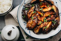 Chinese Eggplant with Garlic Sauce 红烧茄子 (vegan) - Cook crispy and flavorful eggplant in a rich sauce with the minimum oil and effort. Chinese Vegetable Stir Fry, Chinese Vegetables, Mixed Vegetables, Vegetable Dishes, Vegetable Recipes, Veggies, Chinese Eggplant Recipes, Eggplant Dishes, Stir Fry Recipes