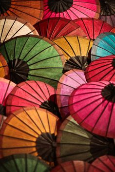 Colors with parasols - 傘 World Of Color, Color Of Life, Umbrellas Parasols, Colorful Umbrellas, Paper Umbrellas, Paper Lanterns, Under My Umbrella, Umbrella Art, Rainbows