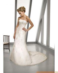 Robe de mariée sans bretelle évasé décorée d'appliques organza