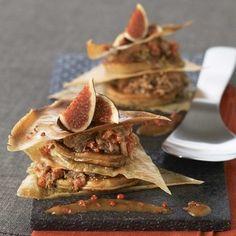 Mille-feuilles de foie gras frais au confit de canard, figues et baies roses