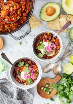 Easy Vegetarian Chili Recipe - Love and Lemons The BEST vegetarian chili recipe! Made with fire roasted tomatoes, chipotles in adobo sauce, and plenty of beans and veggies, this vegetarian chili recipe is delicious and easy to make. Vegetarian Chili Easy, Veggie Chili, Veggie Soup, Vegetarian Recipes, Chili Chili, Easy Bean Recipes, Chili Recipes, Fall Recipes, Soup Recipes