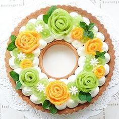 🎀 2018.3.20◽キウィとみかんのリースタルト◽ こんばんは😊 * 週末に作ったタルトです🥝🍊🍇 * いつもは、フルーツをカットしたら、そのままのせる事が多いけど、今回は薔薇の花に見立ててみました🌹🌹🌹 * みかんは、どう見てもサーモンにしか見えなくなってしまった😂 * 大きさは21センチだけど、真ん中がないので、程よい感じで食べられます😌 * キウィの酸味とみかんのジューシーさでさっぱりとした仕上がりに💕 * #リースタルト#タルト#キウィとみかんのリースタルト#大人だって可愛いが好き#KURASHIRU#コッタ#クッキングラム#cotta#cookingram#snapdish #igersjp#デリスタグラマー#wp_deli_japan#lin_stagrammer#手作りスイーツ#手作りお菓子#お家カフェ#instacake#tart#手作り春お菓子#instacake#お家カフェ#hand_made_cake#春スイーツ#フルーツケーキ#フルーツデコレーション#decorated_cake#うきうきスプリング