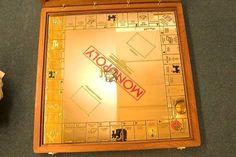 Conoce el Monopoly más caro del mundo. Se trata de un tablero que junto con sus piezas tienen un valor superior a los dos millones de dólares ya que todo está hecho en oro de 18 quilates. Las casas además cuentan con incrustaciones de diamantes y piedras preciosas en sus chimeneas. #monopoly #juego #game #juegodemesa #oro #diamantes #piedraspreciosas #lujo #luxury #joyero #joyería  via ROBB REPORT MEXICO MAGAZINE OFFICIAL INSTAGRAM - Luxury  Lifestyle  Style  Travel  Tech  Gadgets  Jewelry…