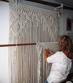 Handmade macrame curtain - for the front windows!large macrame wall hanging I want for my office for curtains. will have to keep cat out of that room!Amazing macramé curtain- I miss doing macramehow to make a macrame curtain - Yahoo Search Results h Macrame Art, Macrame Projects, Macrame Knots, Diy Projects, How To Macrame, Macrame Wall Hangings, Large Macrame Wall Hanging, Art Macramé, Macrame Curtain