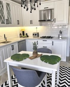 Hüsniye Hanım, who has a black and white harmony in her kitchen, which was completed 1 week ago, has designed […] White Home Decor, Diy Home Decor, Black Decor, Küchen Design, Home Design, New Kitchen, Kitchen Decor, Cabinet Plans, Boho Home