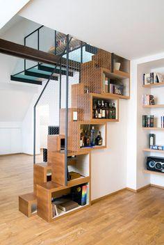 Le pas alterné de cet escalier lui permet d'être confortablement utilisé malgré sa pente très raide. Chaque marche abrite une niche qui sert de rangement.