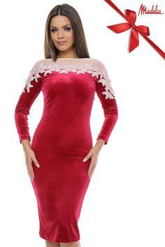 Rochie midi din catifea,cu maneca lunga ,accesorizata cu tul si dantela roz in partea de sus a rochiei. #red #velvet #midi #dress #tulle #lace