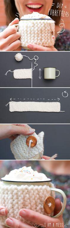 "DIY: cubre tazas de punto paso a paso by ""IamaMess Blog"" Crochet Eyes, Love Crochet, Knit Crochet, Knit Headband Pattern, Knitted Headband, Flower Granny Square, Crochet Coffee Cozy, Mug Cozy, Rainbow Loom"