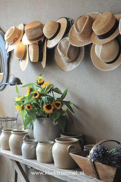 oude Franse hoeden en aardewerk