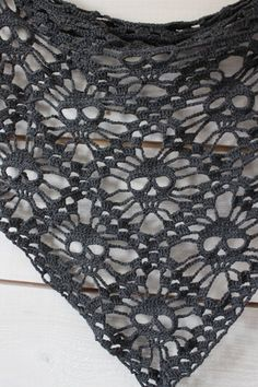 How awesome is this skull shawl? Free pattern and tutorial crochet