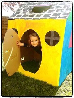 décorer sa cabane en carton et jouer dans le jardin