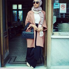 Modelo muçulmana usa o hijab em nova campanha da H