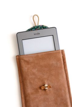 delia creates: Kindle Case make your own tablet case sleave. Sewing Hacks, Sewing Tutorials, Sewing Crafts, Sewing Projects, Sewing Ideas, Sewing Tips, Fabric Crafts, Craft Projects, Sewing Patterns