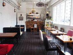 二階のカフェスペースで、春の光を感じながらおしゃべりに華を咲かせても。