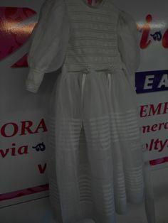 Hace 30 años la Mamá hoy será su hija que luzca el mismo vestido para su primera comunión, gracias a la restauración del Vestido en Specialty Cleaners.