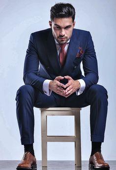 Portrait Photography Men, Photography Poses For Men, Men's Suits, European Fashion Men, Terno Slim, Mens Photoshoot Poses, Sitting Poses, Man Sitting, Formal Men Outfit