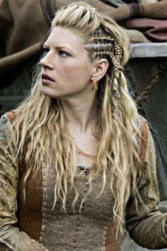 Thanks to these vikings hair braids, all eyes will be in our hair!Here are the hair tutorials you can easily apply these vikings hair braids! Cheveux Lagertha, Lagertha Hair, Vikings Lagertha, Ragnar, Lagertha Lothbrok, Medieval Hairstyles, Braided Hairstyles, Cool Hairstyles, Pirate Hairstyles