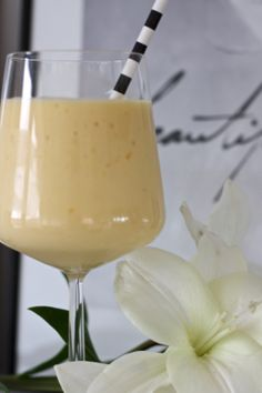 homevialaura | smoothie with banana, mango, natural yogurt and orange juice | white lilies | striped straw | Iittala Essence glass