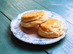 Recipes Chef Jean-Paul Bourgeois, executive chef at Blue Smoke in New York City, uses Southern flour and two types of dairy fat for these perfectly tender, buttery biscuits. Super-Flaky Buttermilk Biscuits With Honey Butter syndicated from Butter Biscuits Recipe, Buttery Biscuits, Buttermilk Biscuits, Butter Recipe, Biscuit Recipe, Southern Breakfast, Best Breakfast, Breakfast Recipes, Brunch Recipes