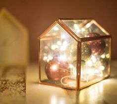 Tutoriel DIY: Décorer une boîte en verre de boules de Noël et de guirlandes via DaWanda.com <3