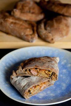 Calzone z bakłażanem, cebulą i kiełbasą