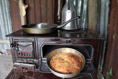 Kuzinede pişen köy ekmeğini tereyağı ile yemek...