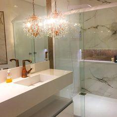 "242 Likes, 16 Comments - Arquitetura & Interiores (@arquiteta_janafabiani) on Instagram: ""Banheiro Branco e bronze ❤️ @arquiteta_janafabiani Lustre fantástico em bronze e cristais!! Bancada…"""