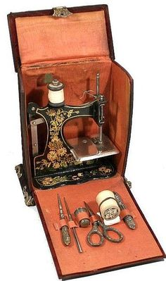 Antique Sewing Box, with Toy Sewing Machine qnd Sewing Tools. by Pato Garabato Vintage Sewing Notions, Vintage Sewing Patterns, Coin Couture, Sewing Machine Accessories, Antique Sewing Machines, Sewing Baskets, Sewing Hacks, Sewing Kits, Sewing Crafts