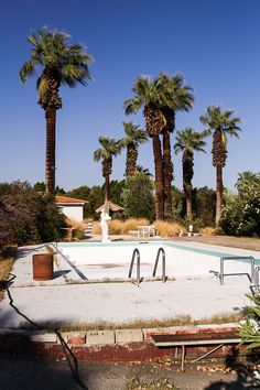 photointerdit:  Ph: Ryan Edward Scott Palm Springs Empty swimming pool