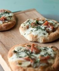 mini pizzas with prosciutto, fontina & caramelized onions. Yield: 4 mini pizzas Ingredients: For the pizza dough ounces water . Mini Pizza Recipes, Fruit Recipes, Appetizer Recipes, Cooking Recipes, Cooking Tips, Appetizers, I Love Food, Good Food, Yummy Food