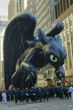 Toothless ar the Macy's Thanksgiving Day Parade . How to train your dragon, toothless, dragon, night fury <<< Now imagine Jay riding it XD Toothless And Stitch, Toothless Dragon, Hiccup And Toothless, Httyd, How To Train Dragon, How To Train Your, Dreamworks Animation, Disney And Dreamworks, Dragons