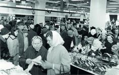 """""""Eilen avattu Keskimaa-Sokoksen tavaratalo Jyväskylässä joutui yleisöryntäyksen kohteeksi niin kaupunkilaisten kuin maaseudun väenkin tutustuessa ja suorittaessa ostoksia liikkeessä, jonka kaltaista ei aikaisemmin tässä maakunnassa ole ollut"""" kirjoitti Keskisuomalainen 22.9.1962"""