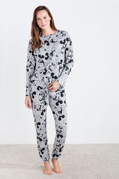 Long simple pyjama with allover Mickey Mouse print including long sleeve t-shirt with adjustable end and long pants with elastic waistband and cuffs. Comfort to enjoy your dreams. Cute Pajama Sets, Cute Pjs, Cute Pajamas, Lazy Day Outfits, Swag Outfits For Girls, Mom Outfits, Cute Sleepwear, Girls Sleepwear, Pijama Disney