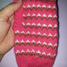 This Pin was discovered by Tah Moda Emo, Baby Knitting Patterns, Fingerless Gloves, Arm Warmers, Knitted Hats, Diy And Crafts, Elsa, Instagram, Food
