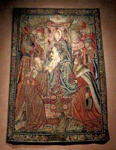 """Chateau-Ecouen- Tapisserie """"L'Adoration des Mages"""". A gauche de la fenêtre, la tapisserie est issue des ateliers de Bruxelles dans les 1° années du XVI°s; tissée de fils de laine, de soie et d'argent, elle représente l'Adoration des Mages (Ec. 264) et conserve les caractères stylistiques inspirés par la peinture de Van der Weyden."""