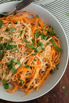 #Recipe: Carrot Rice Noodle Bowl with Tahini-Sriracha Sauce #healthy #vegetarian