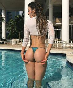 Just right.🍑👌 ➡@shecandoboth 📷@anllela_sagra ▫#poolside ▫#bodygoals ▫#squats #bootymotivation #curve - bossgirlsempire