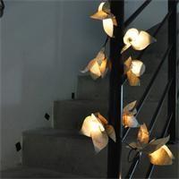 Guirlande lumineuse en fleurs de papier