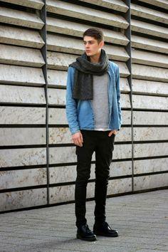 デニムシャツ×黒パンツ