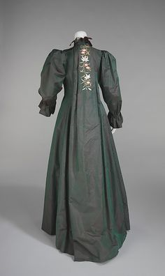 Interesting Saque backed Edwardian Tea Gown 1898–1901  Including in 20th Century, because it's more Edwardian styled.